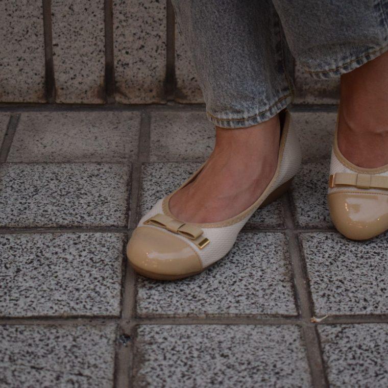 ベージュのパンプスを履いている女性