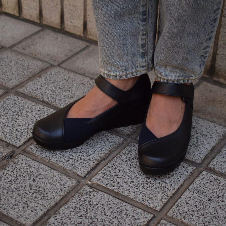 黒いパンプスを履いている女性