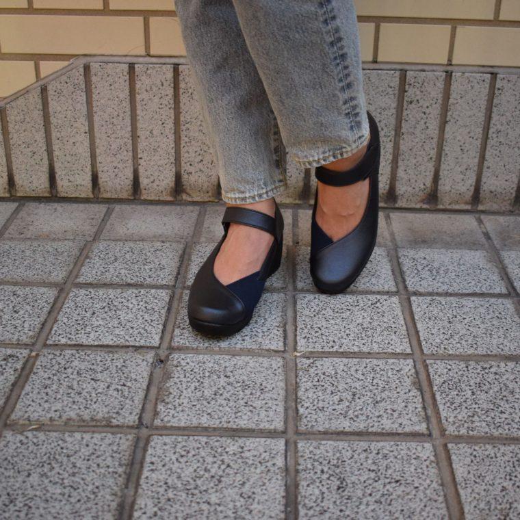 ストラップのついたパンプスを履いている女性
